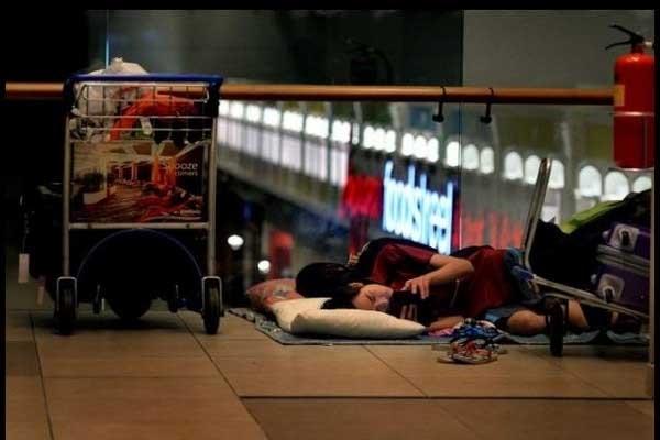 Hành lý của họ đặt ngay bên cạnh để tiện di chuyển.