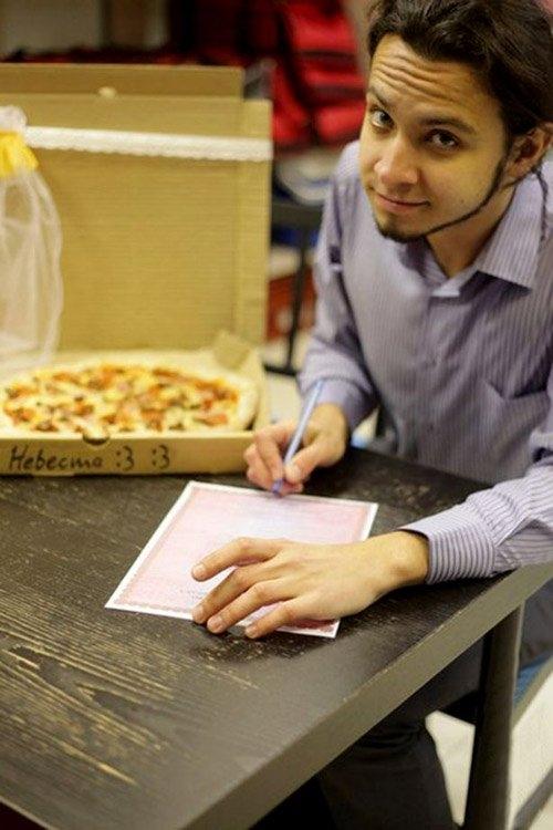 Người đàn ông đang viết giấy đăng ký kết hôn