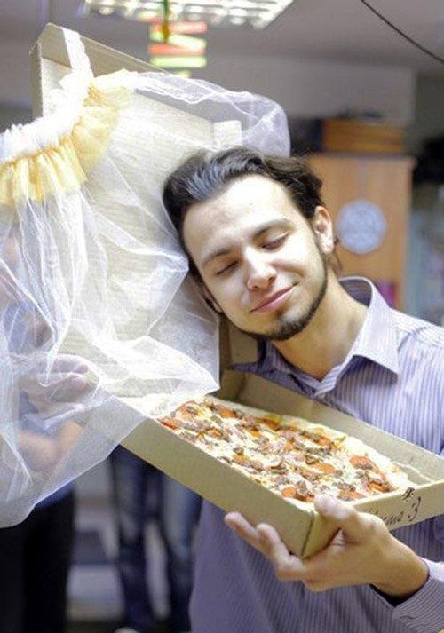 """""""Cô dâu Pizza"""" thậm chí còn có một chiếc khăn voan trùm đầu."""