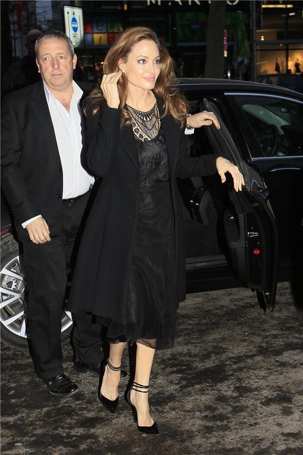 Angelina Jolie có thể được xem là hình mẫu tiêu biểu cho việc diện áo khoác mùa đông đốivới những người có thân hình cao, gầy.