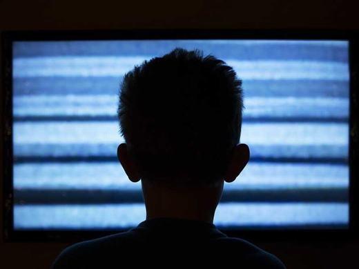 """Mỗi khi một kênh nào đó hết giờ phát sóng, bạn thấy màn hình bị nhiễu. Đó hoàn toàn không phải là do """"tivi cấu tạo thế"""" mà thực chất nó bị nhiễu do các bức xạ còn sót lại trong vụ nổ Big Bang – vụ nổ hình thành vũ trụ. (Ảnh: Internet)"""