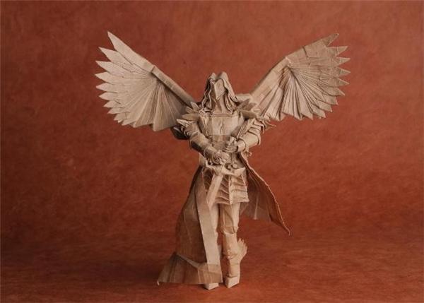 Tác phẩm Thánh Michael - Tổng lãnh thiên thần (St. Michael - The Archangel) của Trần Trung Hiếu góp mặt trong triển lãm nghệ thuật gấp giấy Folded Forms, được tổ chức tại Manhattan, Mỹ. Ảnh: NVCC.
