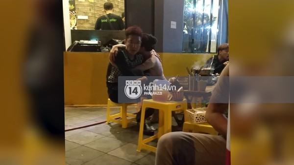Hình ảnh được ghi lại của Chí Nhânvà MC Minh Hà tại một quán ăn lề đường. Được biết, nam diễn viên đã có vợ là diễn viên Thu Quỳnh và con trai 6 tháng tuổi. (Nguồn ảnh: Trí Thức Trẻ) - Tin sao Viet - Tin tuc sao Viet - Scandal sao Viet - Tin tuc cua Sao - Tin cua Sao
