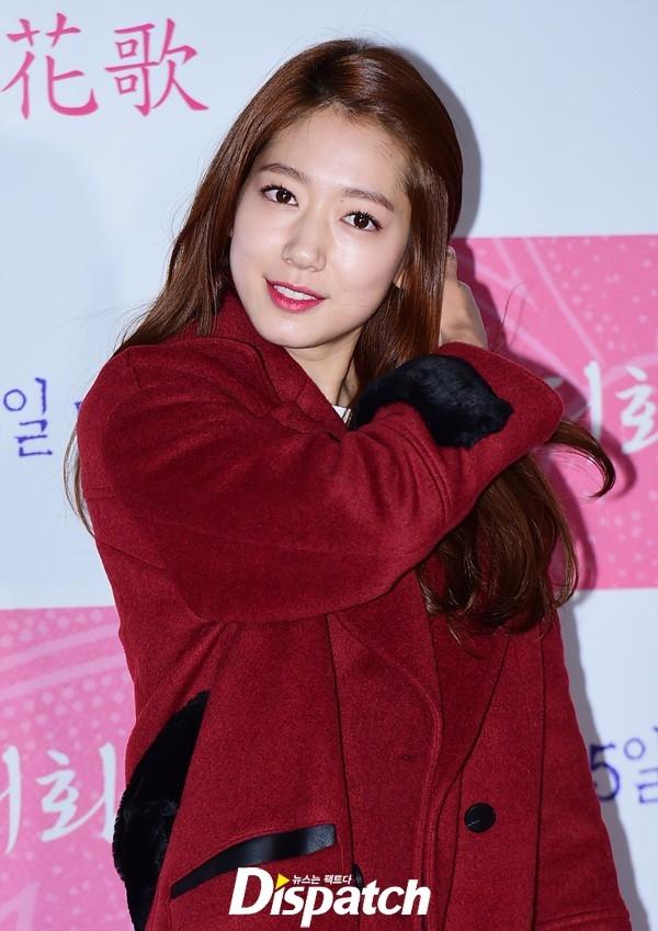 Park Shin Hye xinh đẹp đến ủng hộ tiền bối Ryu Seung Ryong - bạn diễn của cô trong Miracle in Cell No.7.