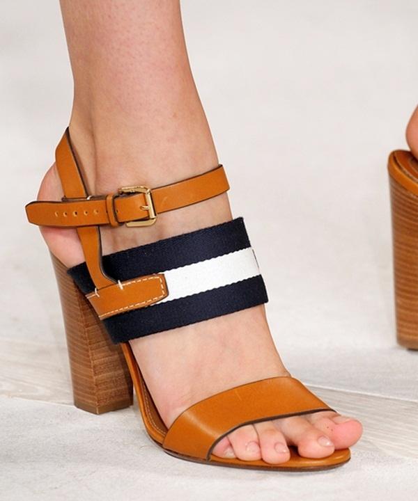Phong cách thời trang cổ điển đã trở lại và thống trị các sàn diễn trong thời gian gần đây. Thuận theo xu hướng này, Ralph Lauren giới thiệu mẫu giày cao gót đế thô với những sợi quai bản to cá tính, mạnh mẽ. Thiết kế này sẽ vô cùng phù hợp cho những cô nàng yêu thích vẻ ngoài thanh lịch, trầm mặc. Song đó, phần đế to với độ bám tốt sẽ giúp phái đẹp có được phần trụ vững vàng hơn.
