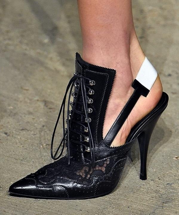 Đôi giày cao gót vừa mang âm hưởng cổ điển vừa thể hiện tinh thần trẻ trung, năng động của người phụ nữ hiện đại. Chi tiết ren đính kết cùng những đường cắt laser tỉ mỉ là điểm nhấn thú vị trong thiết kế này của Givenchy.