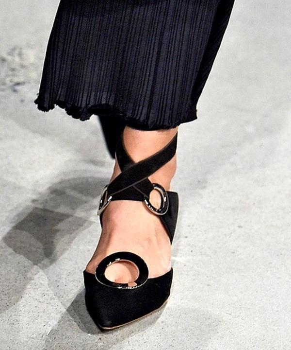 Proenza Schouler khéo léo lồng ghép những mảng tròn kim loại vào trong đôi giày đế bệt của mình. Được biết, mẫu giày này được lấy ý tưởng từ vẻ đẹp của đất nước Tây Ban Nha vừa hiền hòa nhưng lại vô cùng sôi nổi, náo nhiệt. Ngoài màu đen, thiết kế này còn có hai phiên bản khác là đỏ và trắng.