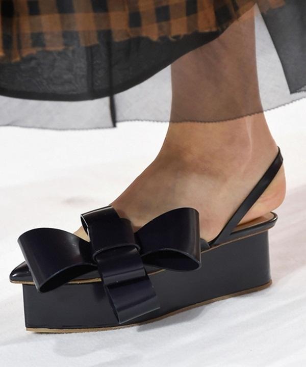 Delpozo mang đến một sự kết hợp mới lạ giữa giày mũi nhọn, đế xuồng cùng phần thắt nơ to bản. Với những cô nàng yêu thích phong cách thời trang cổ điển, đây sẽ là một gợi ý tuyệt vời cho mùa Xuân - Hè sắp đến.