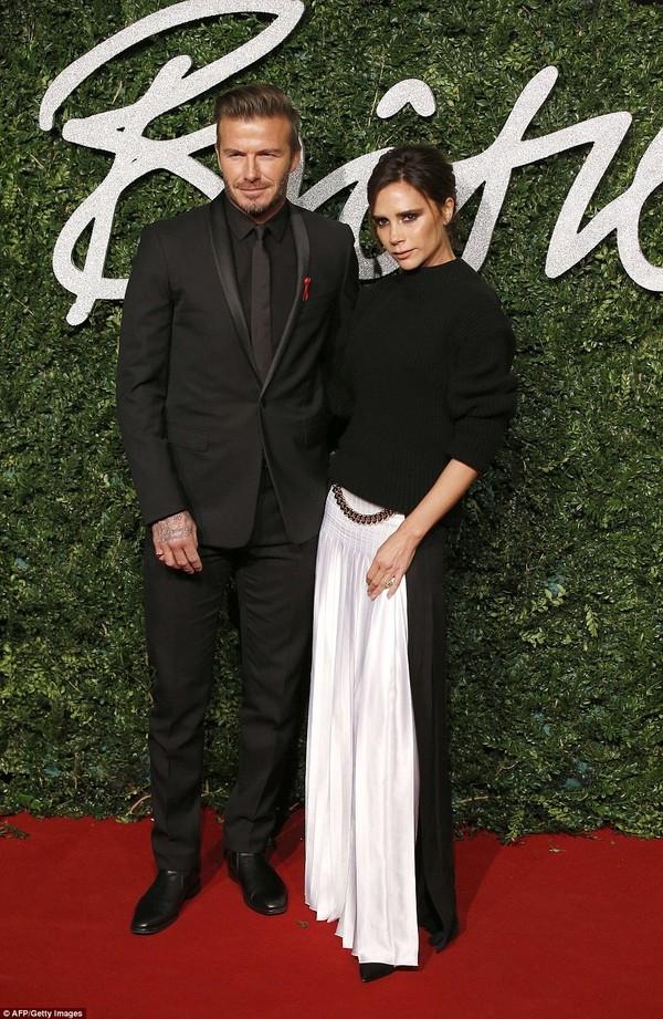Victoria khéo léo tạo nên điểm nhấn cho bộ trang phục tông đen bằng những đường gấp li tương phản.Trong khi đó, Beckham vô cùng lịch lãm trong mẫu vest đen đơn sắc.