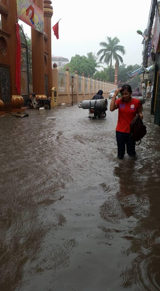 Hà Nội: Đông đến, mưa dai dẳng bất thường gây ngập lụt cục bộ