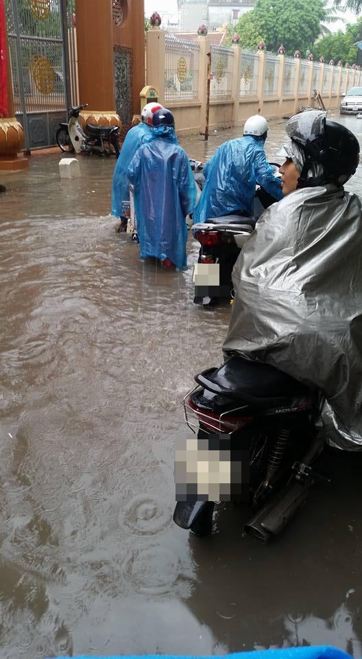 Người dân khổ sởvì mưa lớn gây ngập. Ảnh: FB