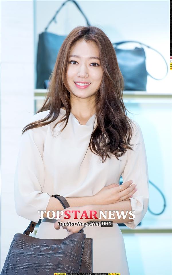 """Park Shin Hye cũng bắt đầu sự nghiệp diễn xuất với vai trò diễn viên nhí thông qua bộ phim Stairway To Heaven. Trải qua hơn 10 năm """"lăn lộn"""" trong nghề, cô đã thành công gầy dựng tên tuổi và trở thành một trong những nữ diễn viên sáng giá nhất màn ảnh Hàn hiện nay. Vẻ trưởng thành ngày càng """"sang chảnh"""" của Park Shin Hye được không chỉ các fan mà cả bậc phụ huynh cũng vô cùng yêu thích."""