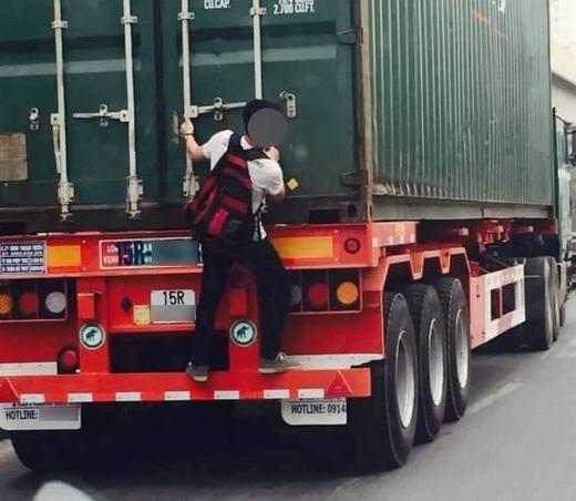 """Cảnh tượng xảy ra ở Việt Nam, một thiếu niên """"quá giang"""" xe tải cực kì nguy hiểm. (Ảnh: Internet)"""