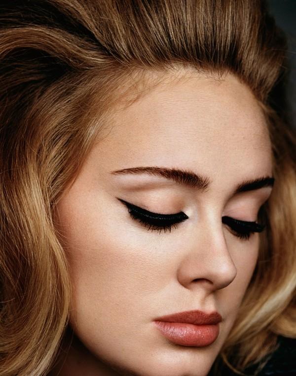 """Đường kẻ eyeliner siêu trau chuốt và sắc sảo từ lâu đã trở thành """"thương hiệu"""" của Adele."""