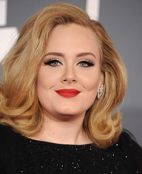 Mạng xã hội phát sốt vì... đường kẻ eyeliner của Adele trên bìa album mới