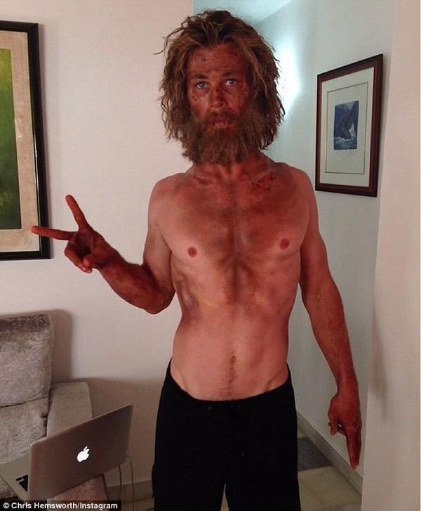 Gần đây, Chris Hemsworth cũng gây chú ý khi khoe bức ảnh chụp vào năm ngoái cho thấy anh giảm cân để vào vai một thủy thủ lênh đênh trên biển suốt 90 ngày, hình ảnh gầy xơ xác của anh khiến người hâm mộ khó nhận ra