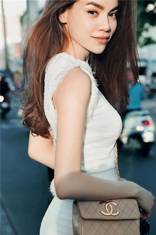 Nữ ca sĩ khéo léo tạo điểm nhấn cho bộ trang phục bằng chiếc túi đeo nhỏ xinh của thương hiệu đình đám Chanel.