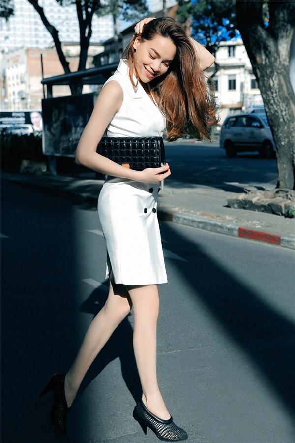 Bộ váy trắng có phom ôm sát mang lại hình ảnh thanh lịch, hiện đại, sang trọng cho Hồ Ngọc Hà. Thiết kế tạo điểm nhấn bằng những chiếc cúc nhỏ xinh tương phản về tông màu.
