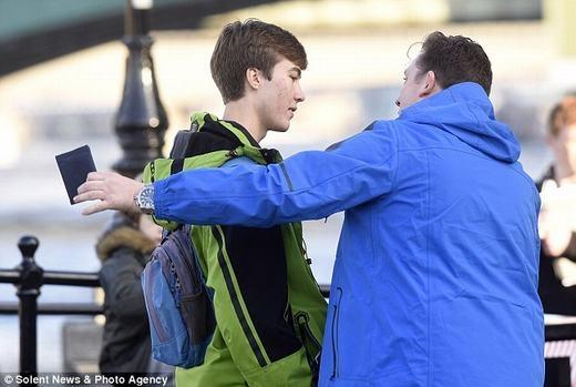 ... là đã có thể đánh cắp ví tiền của những anh chàng này một cách dễ dàng. (Ảnh: Solent News & Photo Agency)