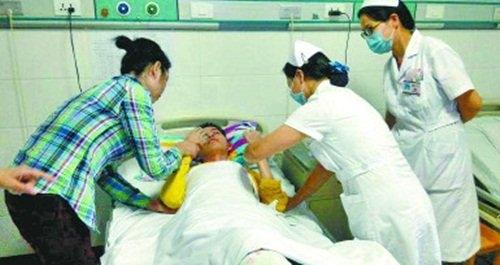Các bác sĩ và người thân đang chăm sóc choYu Pinjia trong bệnh viện. Ảnh: Internet