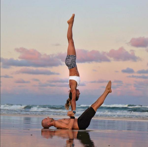 Cặp đôi huấn luyện viên gây ấn tượng bởi những hình ảnh vô cùng độc đáo về yoga.(Ảnh: Internet)