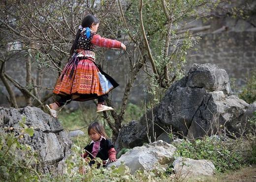 Không có những khu vui chơi hoành tráng như ở thành phố, trẻ em Mộc Châu vô tư nô đùabên các tảng đá, đồng cỏ trên núi cao. (Ảnh: Borepanda)