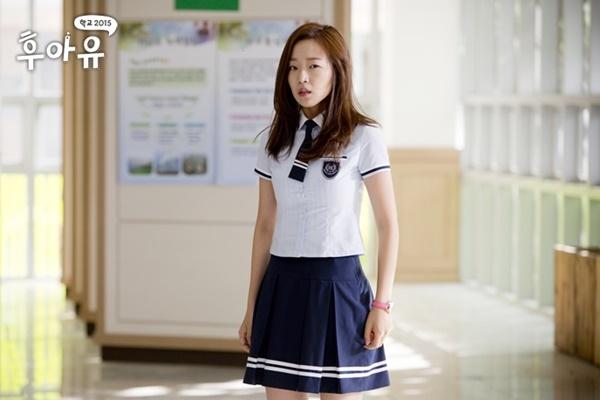 """Nhắc đếnWho Are You: School 2015,chắc hẳn khán giả sẽ không thể nào quên vai diễn phản diện Kang So Young do Jo Soo Hyang thể hiện. Vớikhả năng diễn xuất tuyệt vời từ biểu cảm gương mặt đến giọng nói và cử chỉ, nhân vật do nữ diễn viên sinh năm 1991 thủ vaikhiến người xem """"hận đến thấu xương"""". Chính vì thế, khán giả kì vọng Jo Soo Hyang sẽ được xướng tên trong lễ trao giải cuối năm của KBS."""