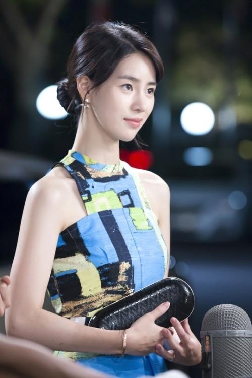 """Lim Ji Yeonđã có màn""""chào sân"""" không thể ấn tượng hơn vớivai diễn trong Obsessed bên cạnh tài tử Song Seung Hun. Ngoài những cảnh nóng """"đốt mắt"""" khán giả, nữ diễn viên 25 tuổi thể hiện thành công nhân vật có nội tâm phức tạp và nhận được không ít lời khen ngợi từ phía các nhà phê bình phim. Vai diễn này giúp cô trở thành biểu tượnggợi cảm mới của làng giải trí Hàn. Mới đây, Lim Ji Yeon vừa đảm nhận vai diễn Lee Ji Yi -cô gái nghèođầy nghị lực, yêu đời trong High Society. Tiếp tục phát huy lối diễn xuất đa chiều, cô thậm chí còn tỏa sáng hơn cả vai nữ chính của UEE. Lim Ji Yeon được dự đoán sẽ """"gây bão"""" màn ảnh Hàn trong thời gian sắp tới."""