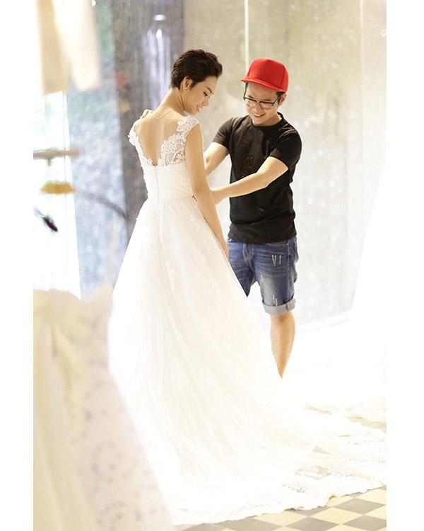 Mẫu váy thứ hai trong lễ cưới của nữ ca sĩ là phom váy xòe điệu đà. Trà My bỗng chốc từ một cô gái hiện đại, gợi cảm trở nên đằm thắm, nhẹ nhàng hơn.