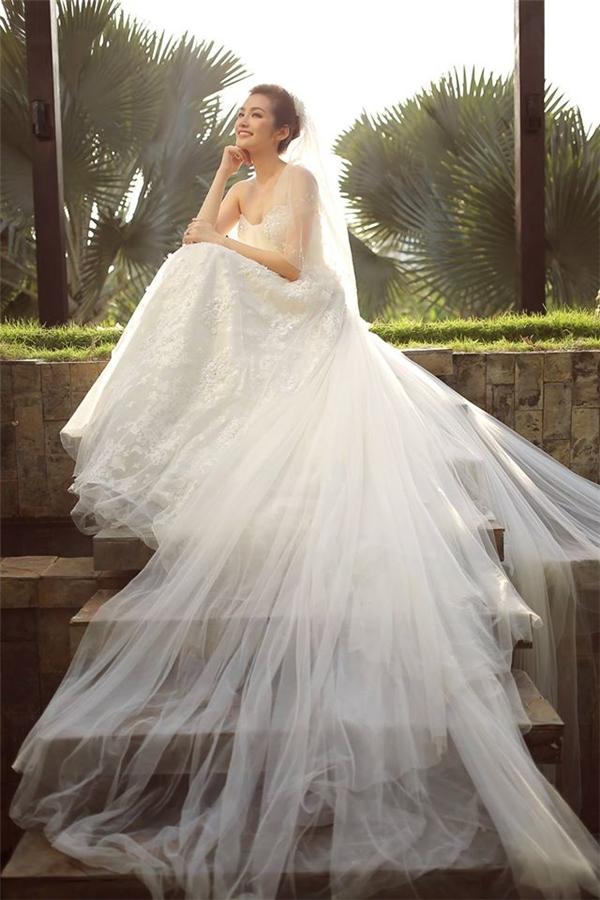 Trong bộ ảnh cưới, Trúc Diễm lại diện váy xòe bồng bềnh như nàng công chúa bước ra từ chuyện cổ tích. Tạo hình nhẹ nhàng, tinh tế của Hoa hậu Thời trang nhận được nhiều lời khen ngợi, tán thưởng.