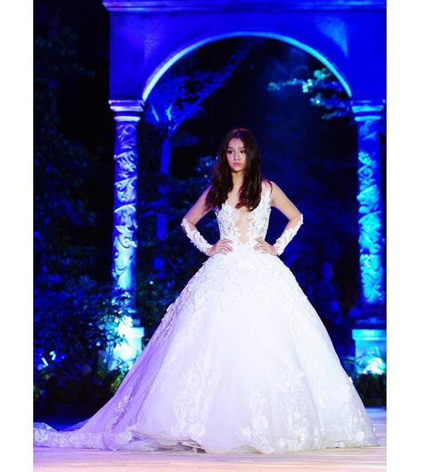 Cô người mẫu lai 13 tuổi Emily cũng không hề kém cạnh đàn chị khi diện mẫu váy trắng xuất hiện ở vị trí vedette.