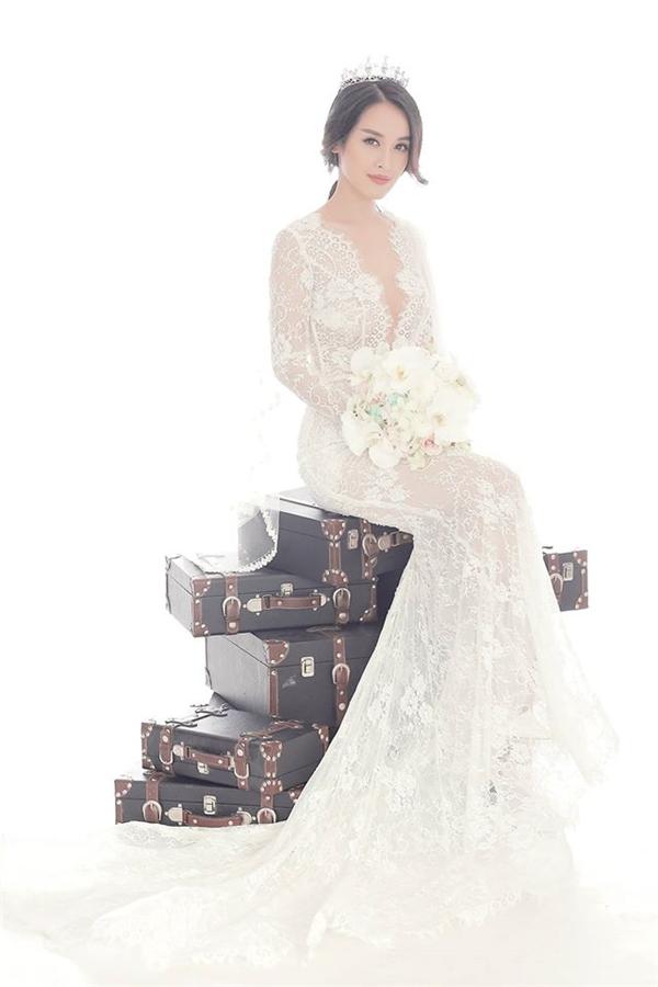 Tú Vi hớp hồn người đối diện trong mẫu váy cưới gợi cảm trên nền chất liệu ren xuyên thấu hay váy xòe nhẹ nhàng.