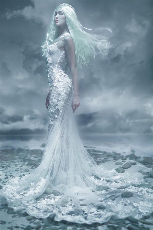 Nếu yêu thích phong cách thời trang gợi cảm, cô dâu có thể chọn diện hai mẫu váy ôm sát trên nền chất liệu ren, lưới này.