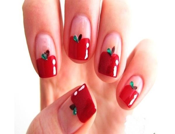 Một chút vui tươi qua sự biến thể những gam màu đặc trưng của Giáng sinh thành hình ảnh quả táo che nửa phần móng.