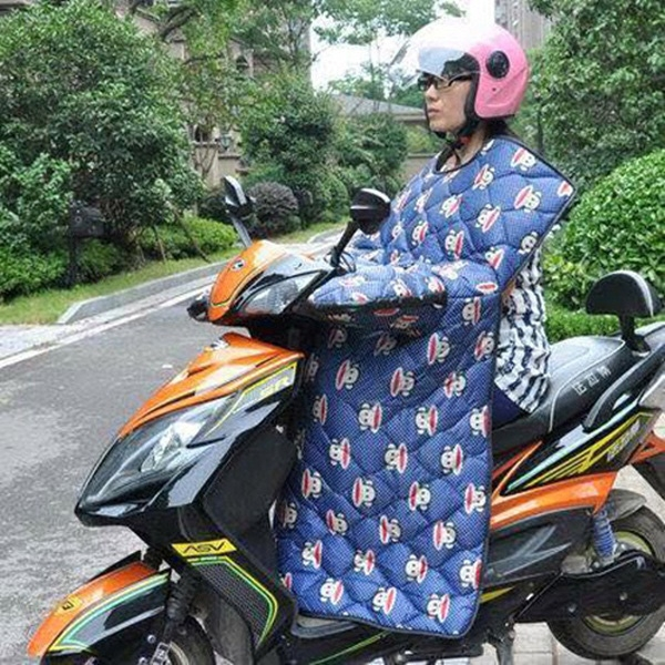 Hà Nội: Xôn xao mốt chiếc chăn gió ấm dành cho quý cô đi xe máy!