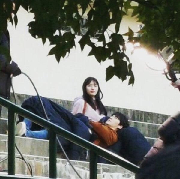 Sau một lúctrò chuyện, Kim Woo Bin đã thản nhiên nằm trên chânSuzy.