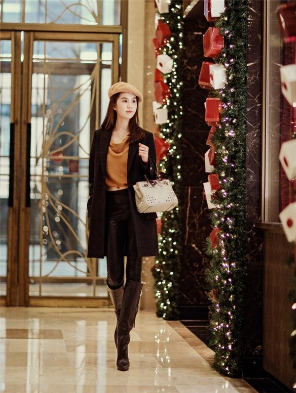 Nữ người mẫu khéo léo khoe đôi chân dài nuột nà khi diện quần da ôm sát, kết hợp giày boots gần như đồng nhất với chiếc quần.