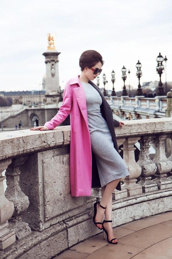 Nữ người mẫu ngọt ngào, thanh lịch với sắc hồng nhẹ nhàng kết hợp cùng tông xám trắng. Với tỉ lệ thân người cân đối, Ngọc Trinh luôn tự tin diện những trang phục ôm sát nhằm phô diễn vẻ đẹp hình thể.