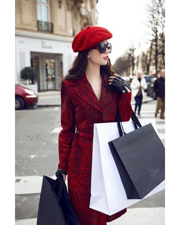 Trên đường phố Paris,bộ trang phục kết hợp hai tông màu đỏ, đen giúp Ngọc Trinh trông không hề kém cạnh bất kì biểu tượng thời trang nào của thế giới. Trong chuyến du lịch này, người đẹp 8x cũng tranh thủ mua sắm những món hàng hiệu yêu thích.