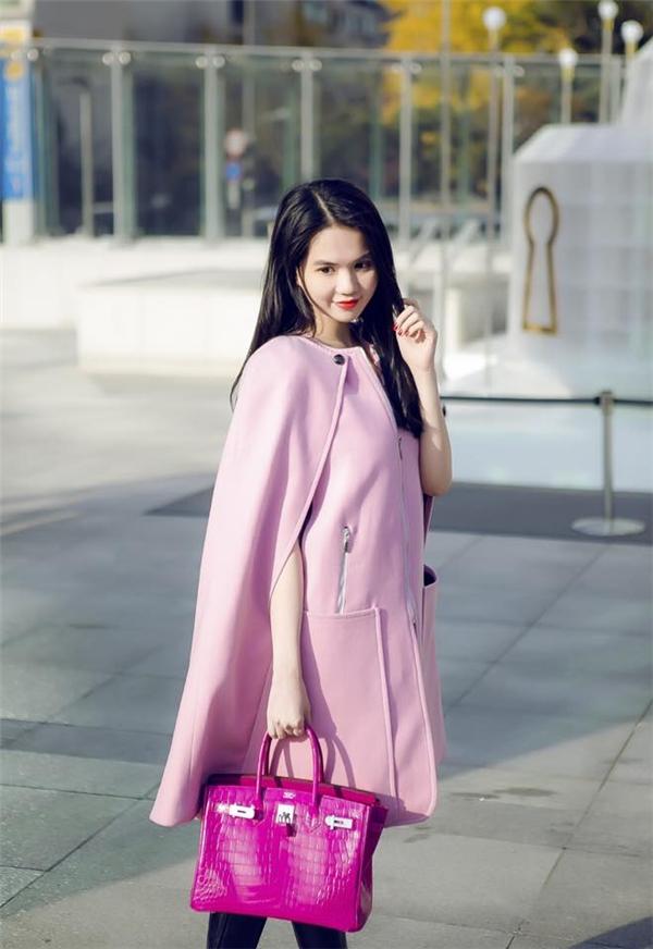 Cả cây hồng mang lại vẻ ngoài ngọt ngào, trẻ trung cho Ngọc Trinh. Thiết kế có phom rộng tạo điểm nhấn bởi phần áo khoác bên ngoài. Tuy nhiên, điều đáng chú ý đó là chiếc túi xách Hermes Birkin màu hồng sậm phiên bản giới hạn vàcó giá lên đến vài trăm triệu đồng.