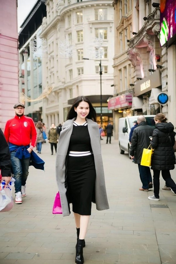 Vẫn với chiếc túi xách này nhưng Ngọc Trinh lại trông sang trọng hơn nhờ sự kết hợp giữa sắc đen kinh điển cùng áo khoác măng tô tông xám hiện đại.