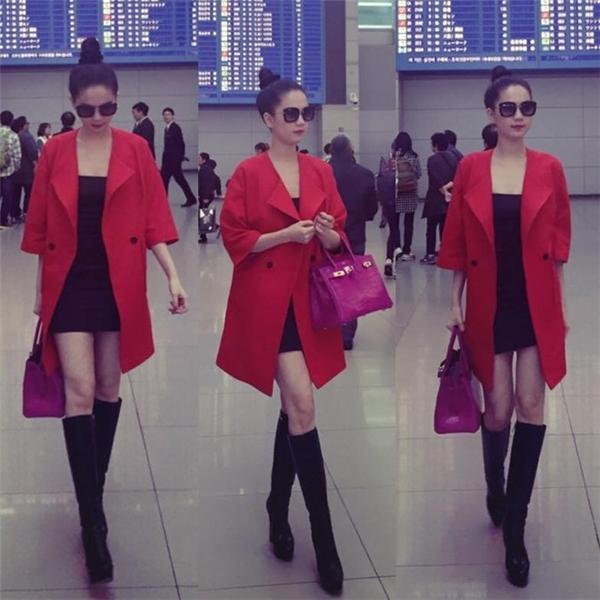 Tại sân bay, Ngọc Trinh gây chú ý khi phô diễn khéo léo thân hình hoàn hảo qua cách phối trang phục đơn giản, tinh tế. Người đẹp tiết chế vẻ gợi cảm thông qua chiếc áo khoác có tông đỏ ruby nổi bật.