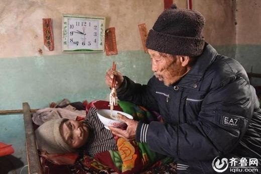 Cụ ông Duan YuanFa đãchăm sóc người vợ bị liệt trong suốt56 năm qua. (Ảnh: Iquilu)