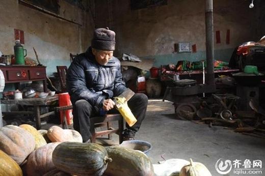 Trong khi gia đình và bạn bè thuyết phục ông hãylidị vợ, cụ Du lại bảo rằng ông sẽ luôn ở bên và chăm sóc cho bà. (Ảnh: Iquilu)