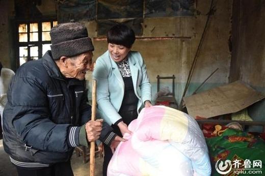 Tình yêu vô điều kiện của cụ Du dành cho vợ của mình đã khiến nhiều người dân địa phương cảm động. (Ảnh: Iquilu)
