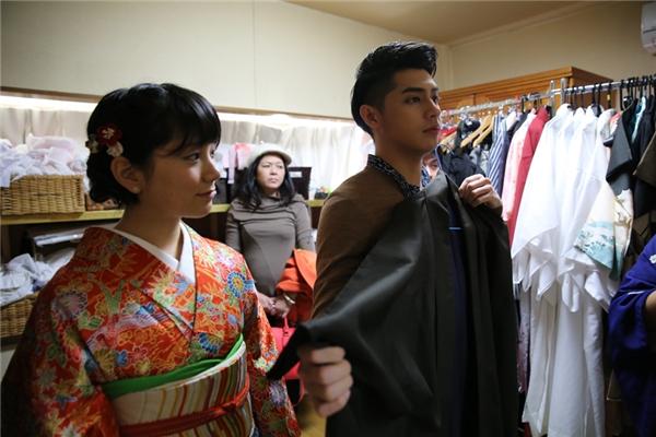 Nam ca sĩ hào hứng mặc trang phục truyền thống của Nhật. - Tin sao Viet - Tin tuc sao Viet - Scandal sao Viet - Tin tuc cua Sao - Tin cua Sao