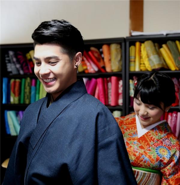 Cô gái Nhật giúp Noo Phước Thịnh mặc bộ kimono một cách thật chỉn chu. - Tin sao Viet - Tin tuc sao Viet - Scandal sao Viet - Tin tuc cua Sao - Tin cua Sao