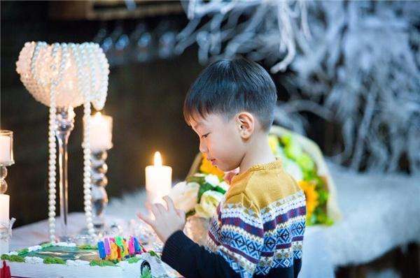 Thiều Bảo Trang và nhạc sĩ Phương Uyên cũng có mặt trong buổi tiệc.   Subeo chăm chú nhìn chiếc bánh sinh nhật in hình mẹ. - Tin sao Viet - Tin tuc sao Viet - Scandal sao Viet - Tin tuc cua Sao - Tin cua Sao