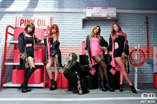 Các cô gái hóa thân thành những nhân viên bán xăng với vẻ đẹp sắc sảo, quyến rũ nhưng cũng đầy cá tính trong những bộ trang phục gợi cảm màu hồng.