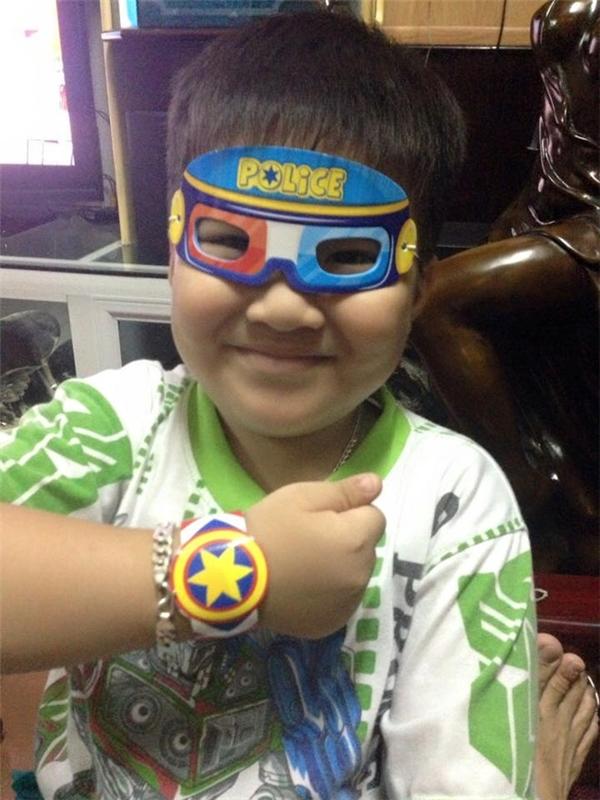 Hình ảnh Hoàng Long lúc còn khỏe mạnh. Cậu bé hồn nhiên khoe chiếc đồng hồ được tặng trong hộp bánh. Ảnh: Đồng Anh Văn.